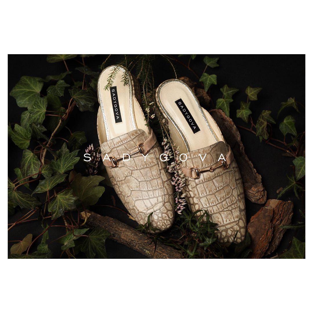 Якщо важко обрати: туфлі чи мюлі, зручність чи тренд? ⠀ Ось відповідь! ⠀ В таких «супер модних тапочках» можна провести прохолодну весну та гарячі дні літа.  З пальто чи сукнею,  з джинсами чи брюками - ці відкриті лофери складуть...
