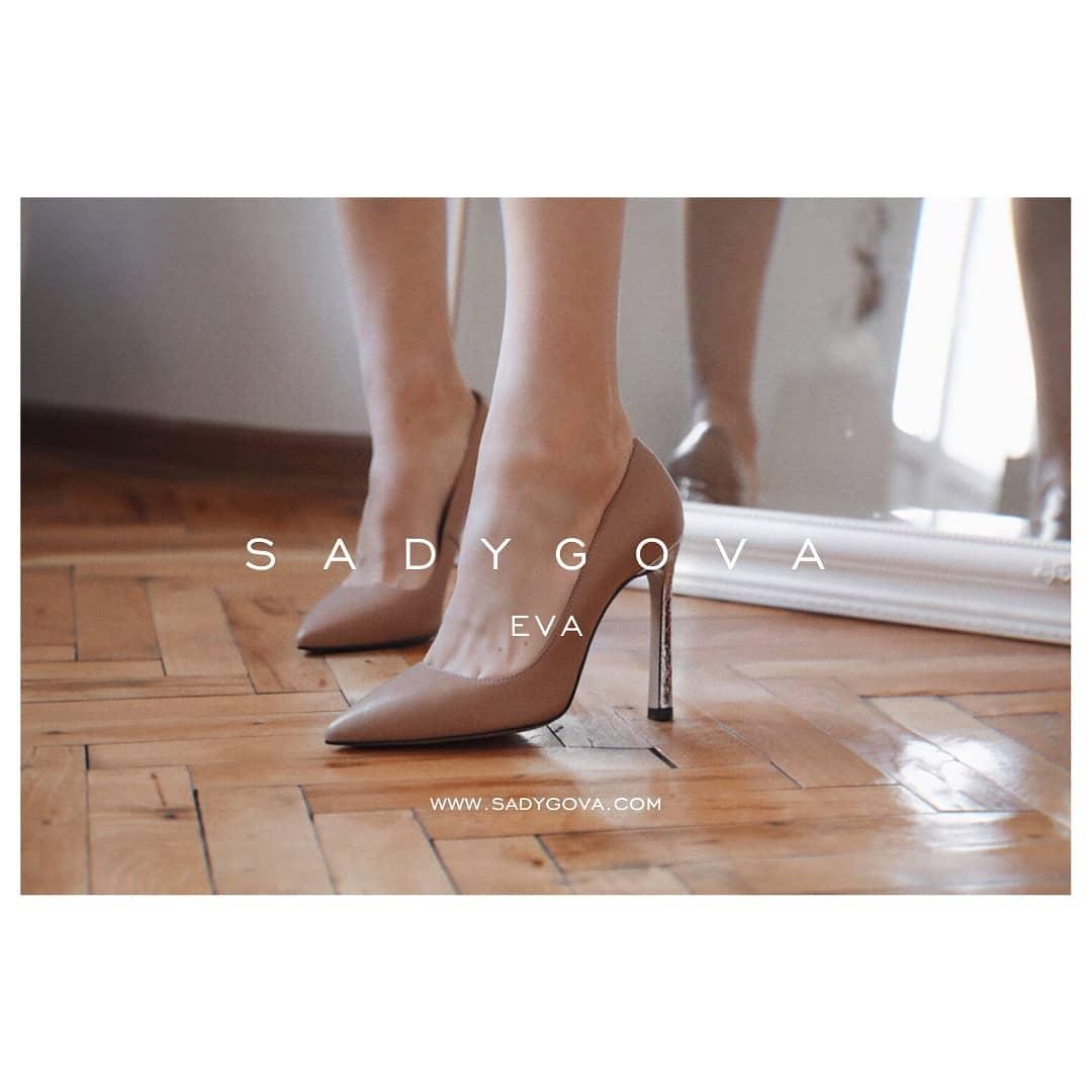 EVA. Створення ідеальних туфель... ⠀ Форма та колір підкреслюють щиколотки, роблять силует  витонченішим, а ноги -  безкінечними. ⠀ Туфлі EVA з італійської шкіри. Каблук - 10см Підошва - туніт. ⠀ Ціна - 3000грн.  #sadygovaheels #s...