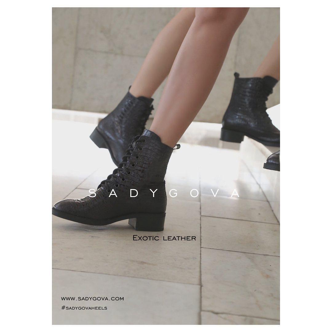 Естетика мінімалізму у високоякісному втіленні. ⠀ Це пара взуття, яку хочеться носити знову і знову, адже вона цитує сезонні тенденції і залишається поза часом. ⠀ Черевики з натуральної глянцевої шкіри з тисненням, що імітує репти...