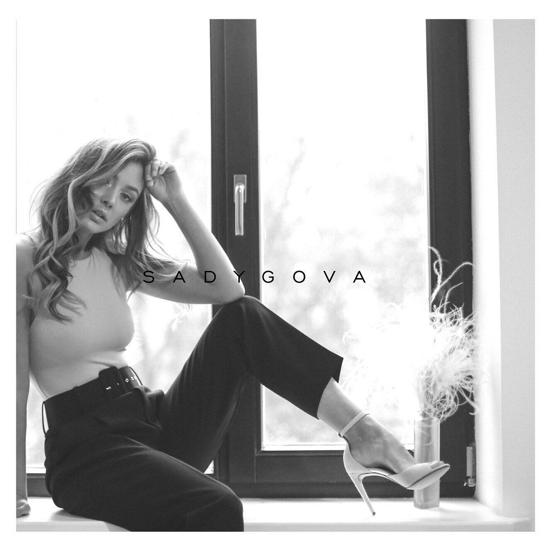 #inspiration ⠀ Фото для натхнення.... ⠀ На моделі  @a_sivakova  босоніжки з італійської замші на підборі 10см. ⠀ www.sadygova.com ⠀ @damuarmodels  @style.me.studio