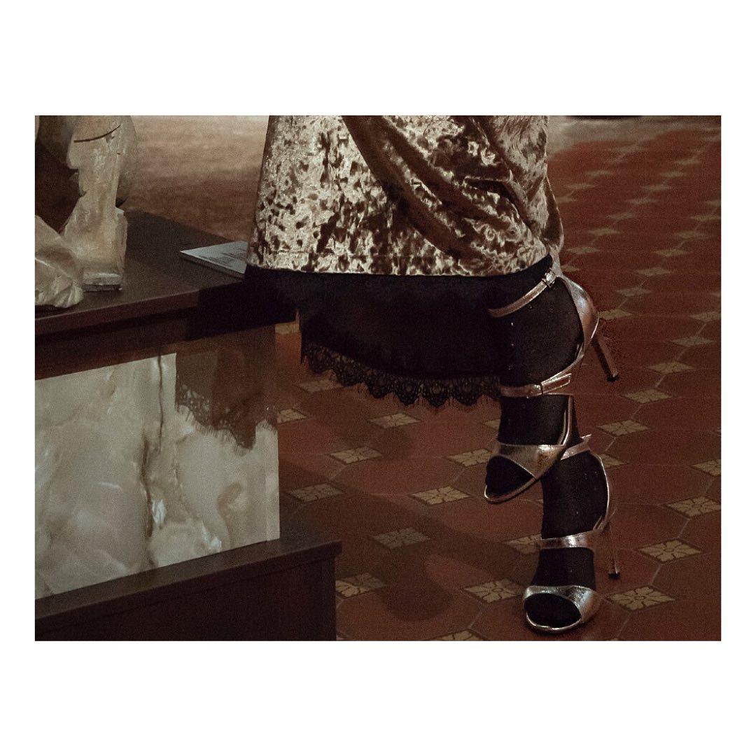 Босоніжки з тонкими ремінцями з металізованої шкіри - наша дань моді 80-90-х! Саме вони так часто з'являлися в голлівудських фільмах. Попри усю різноманітність моделей  саме цей варіант залишається найактуальнішим. ⠀ Босоніжки SAD...