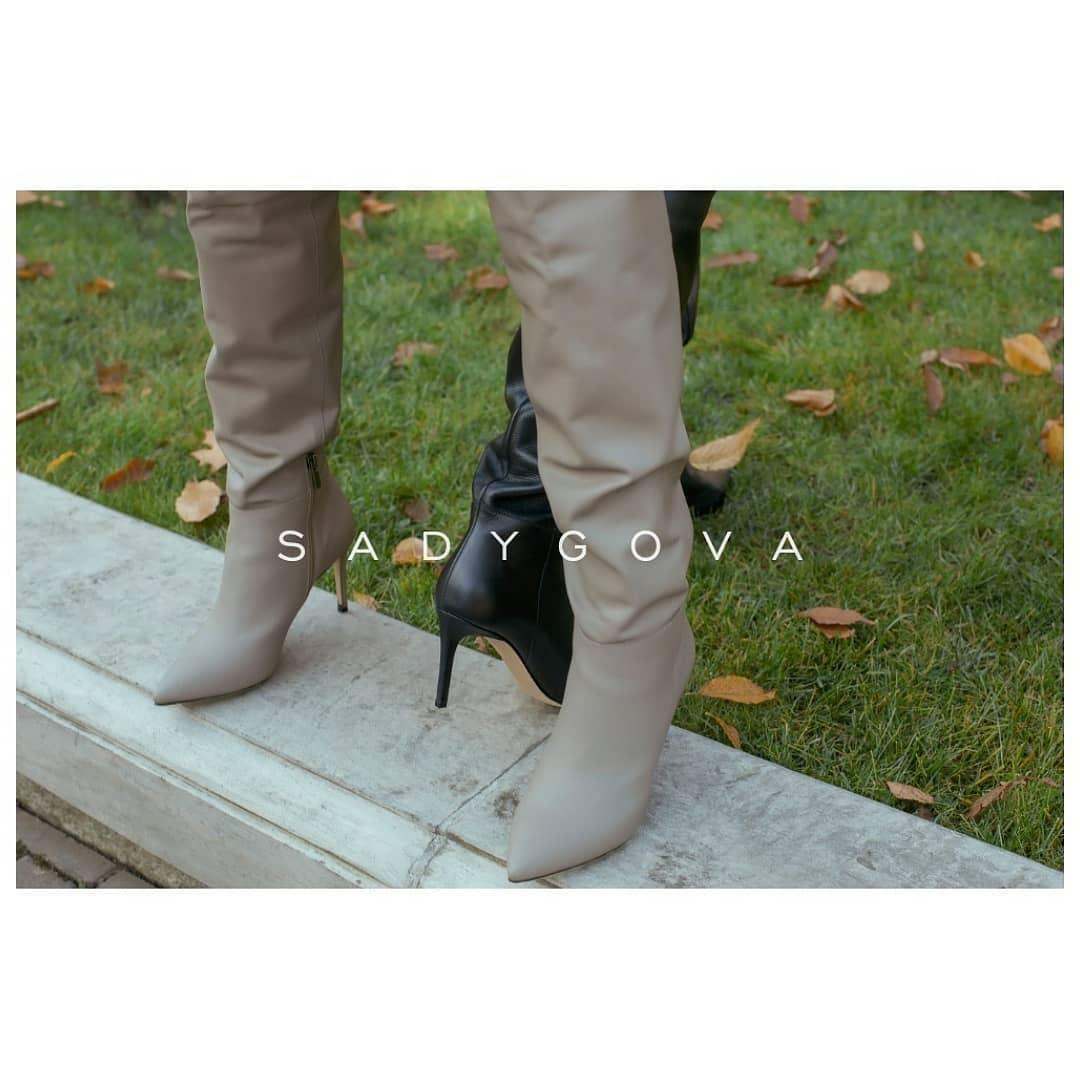 Якщо необхідно обрати зручну та ефектну пару взуття для такої погоди, нехай це буде пара високих чобіт: ⠀ -з правильними оверсайз халявами, висоту та вигляд яких ви можете змінювати за власним бажанням; -з якісної шкіри; - базовог...