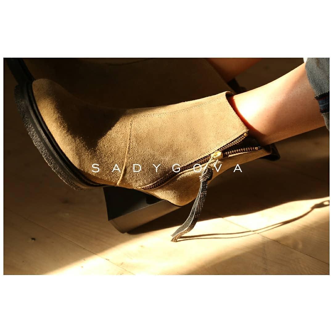 Носити каблук може бути неймовірно зручно! ⠀ Висока підошва і широкий каблук-трапеція знову повертаються !!!! ⠀ Ботильйони на каблуці-трапеції комфортні за будь якої погоди: -утеплена внутрішня частина натуральною шерстю; -виконан...