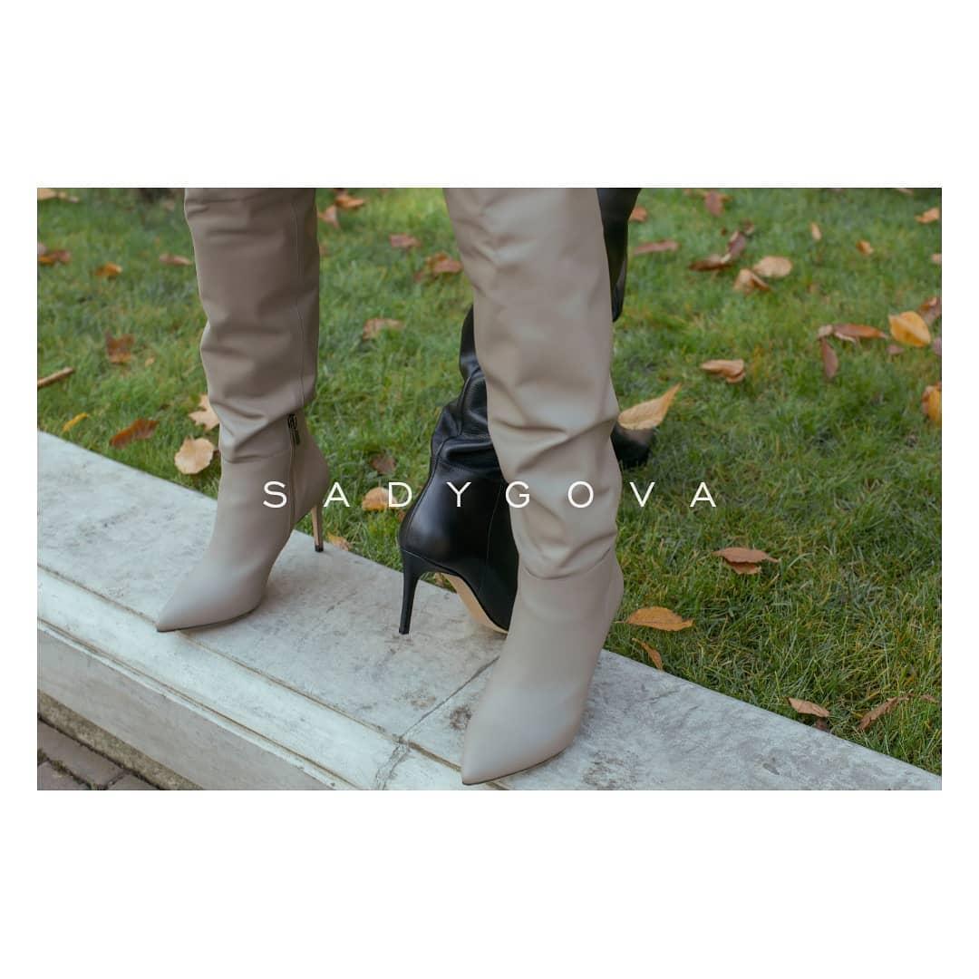 Якщо ви ще сумніваєтесь, чи потрібні вам високі чоботи, відповідь - ТАК!!!! ⠀ Чоботи з тонким утепленням всередині, виготовлені з натуральної  італійської велюрової замші та комплектуючих. Каблук - 75мм ⠀ Ціна - 4500грн
