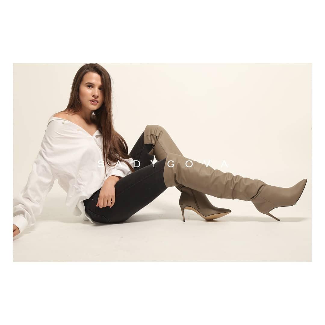 Якщо ви шукаєте свої ідеальні чоботи на осінь 2019 — зверніть увагу на такі — високі, з широкою халявою і в модному сіро-бежевому відтінку. ⠀ Це просто необхідна інвестиція у власний гардероб не на один сезон! ⠀ Чоботи з тонким ут...
