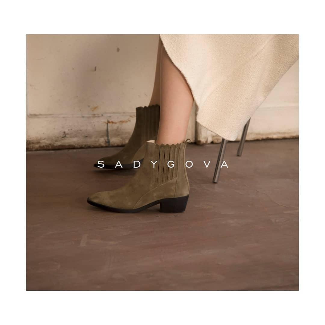 Best Everyday Shoes ⠀ Таке взуття впишеться в діловий, повсякденний та навіть вечірній гардероб. ⠀ Замшеві черевики-ковбойки: -скошений фігурний каблук; - внутрішня частина з натуральної шкіри. ⠀ Ціна - 3000 грн. ⠀ www.sadygova.co...