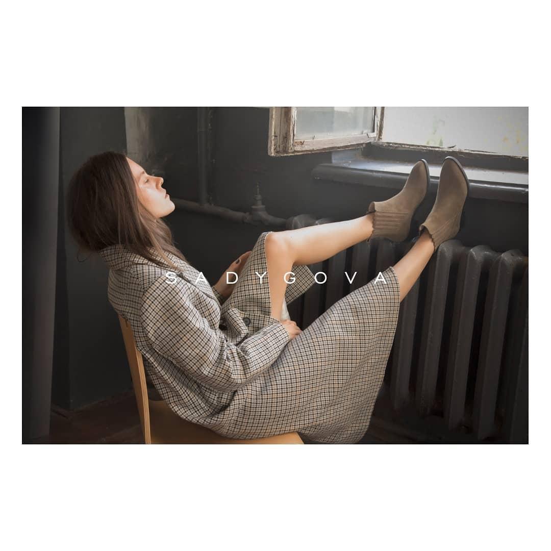 Як, чому і навіщо вони повинні з'явитися у вашому житті?))) ⠀ Сьогодні у ковбойок безліч сфер fashion-застосування. ⠀ Таке взуття впишеться в діловий, повсякденний та навіть вечірній гардероб. ⠀ Замшеві черевики-ковбойки: -скошени...