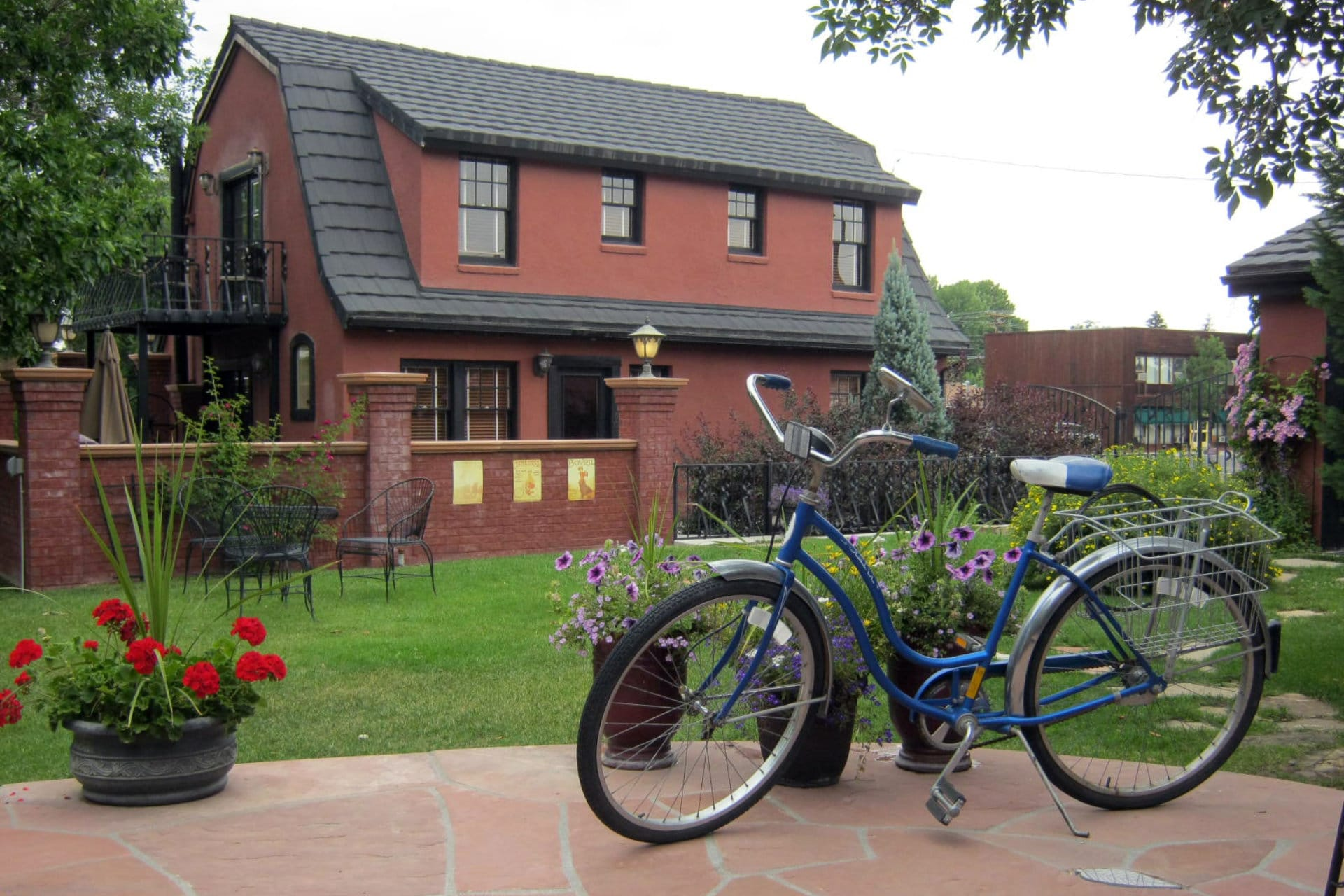 Bike on the patio of the Chamberlin inn Courtyard
