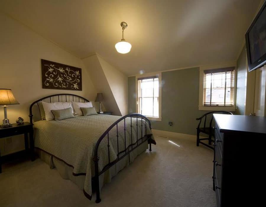 The courthouse bedroom at the Chamberlin inn