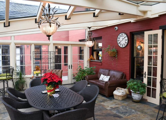 The Chamberlin inn patio