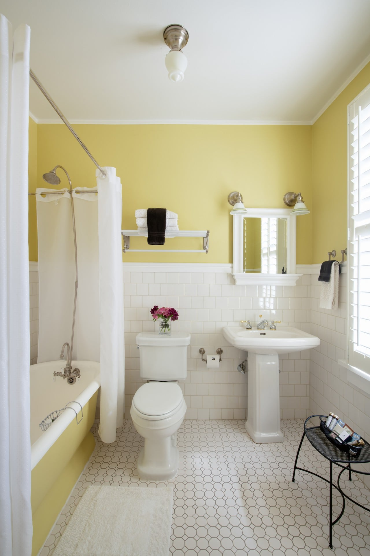 Beautifully tiled bathroom at the Chamberlin inn