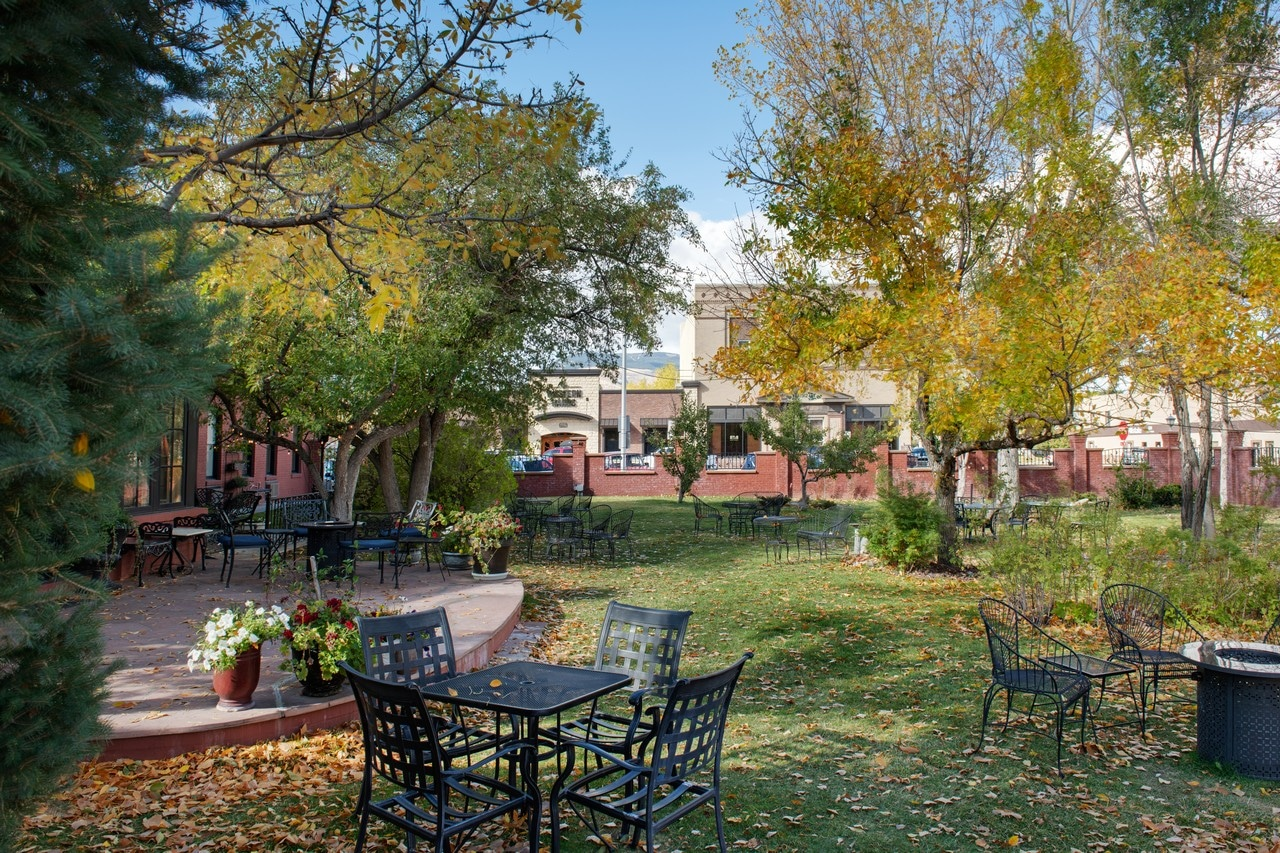 The Courtyard of the Chamberlin inn hotel with Fall leaves