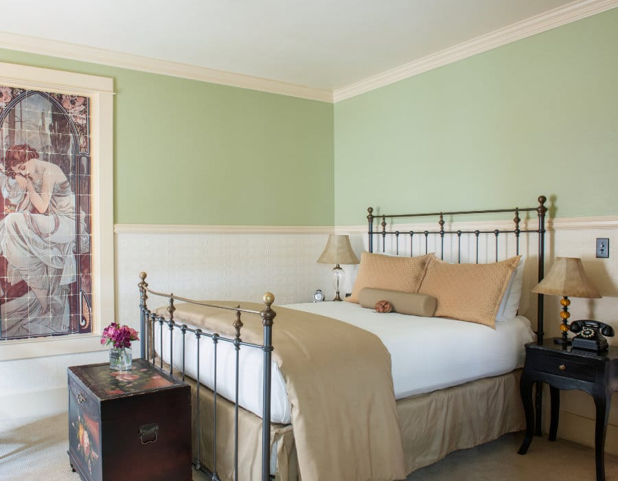 Classic Queen with mural and fresh flowers at the Chamberlin inn