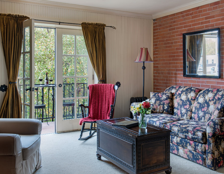 Queen suite balcony at the Chamberlin inn