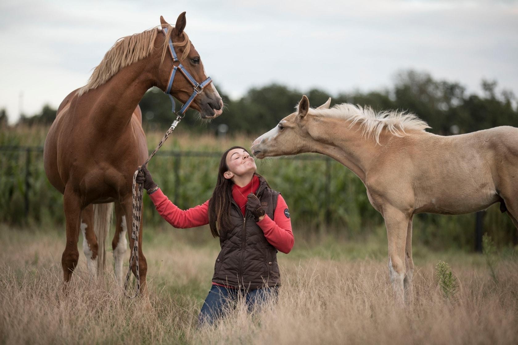 Céline Schelstraete samen met haar pony en veulen