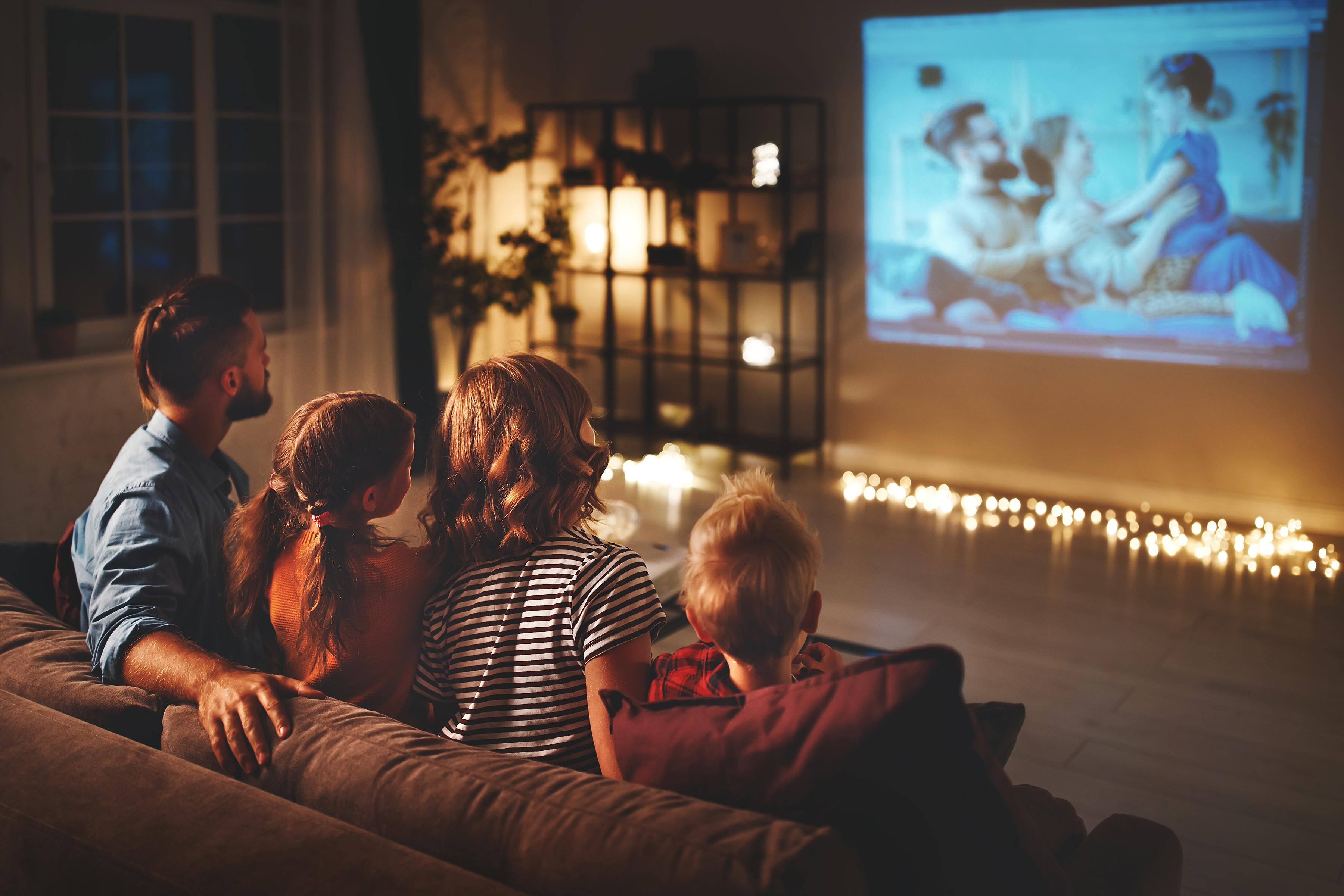 Filmabend mit Projektor und smarter Lichtszenensteuerung mit spektakulären Lichtakzenten