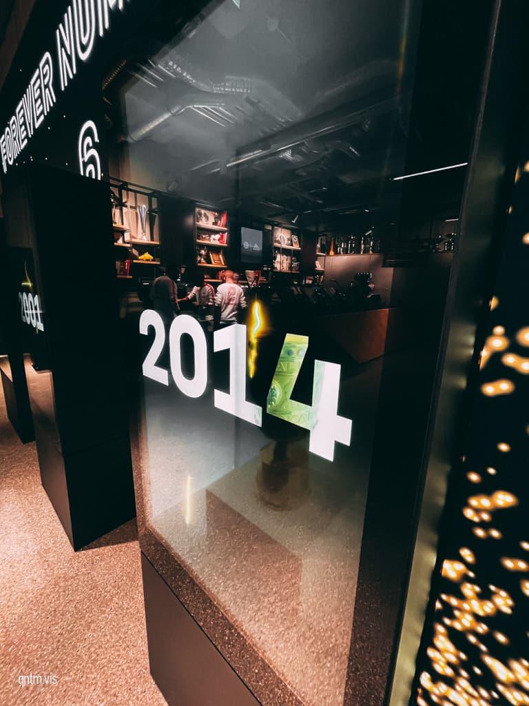 FC Bayern World München Flagship Store Crate Digitaler Schaukasten Triple Trophäen