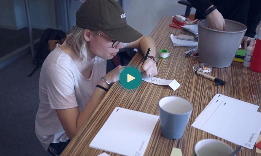 Een workshop deelnemer tekent zelf haar ideeën uit tijdens een visual workshop.