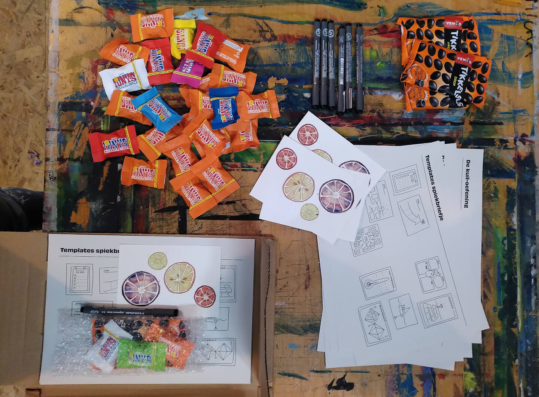 Een tafel vol snacks en benodigdheden voor een creatieve sessie