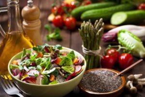 Cách dùng hạt chia trộn salad giảm cân