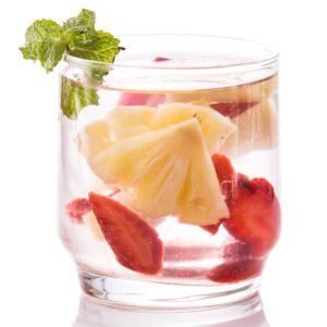3.Detox giảm cân bằng nước trái cây với dứa (thơm), dâu tây, bạc hà