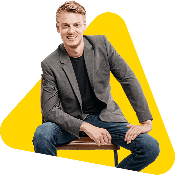 Een portret van Thom op een stoel