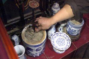 Bùa trừ ma chứa tro từ bát hương lễ Phật