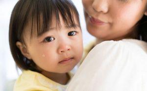Trẻ nhỏ thay đổi biểu cảm, ánh mắt