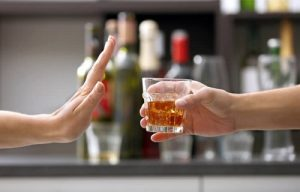 Tránh đồ uống có cồn và cafein giúp giảm thiểu khô âm đạo