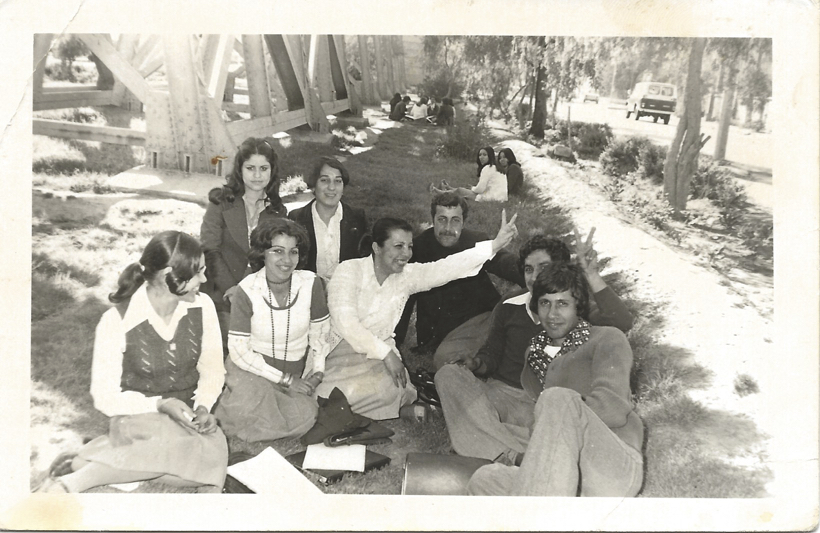 An image of students posing in 1978 during a university trip to Al Habbaniyah Lake as submitted to the Iraq Photo Archive.