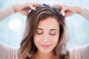 1. Massage da đầu bằng tinh dầu bưởi mọc tóc