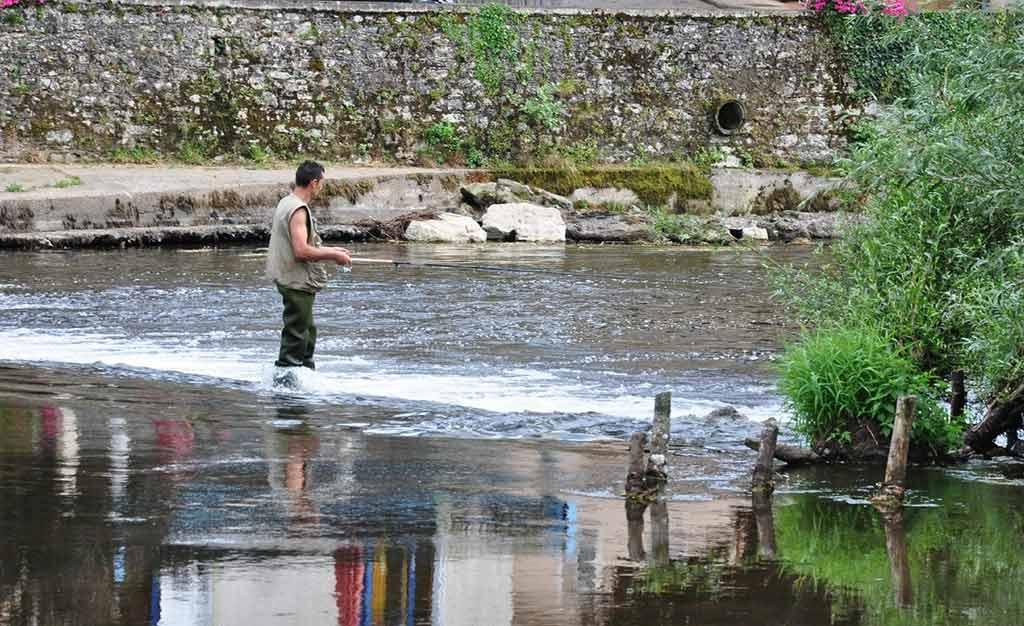 pêcheur à la mouche dans la rivière du Lot