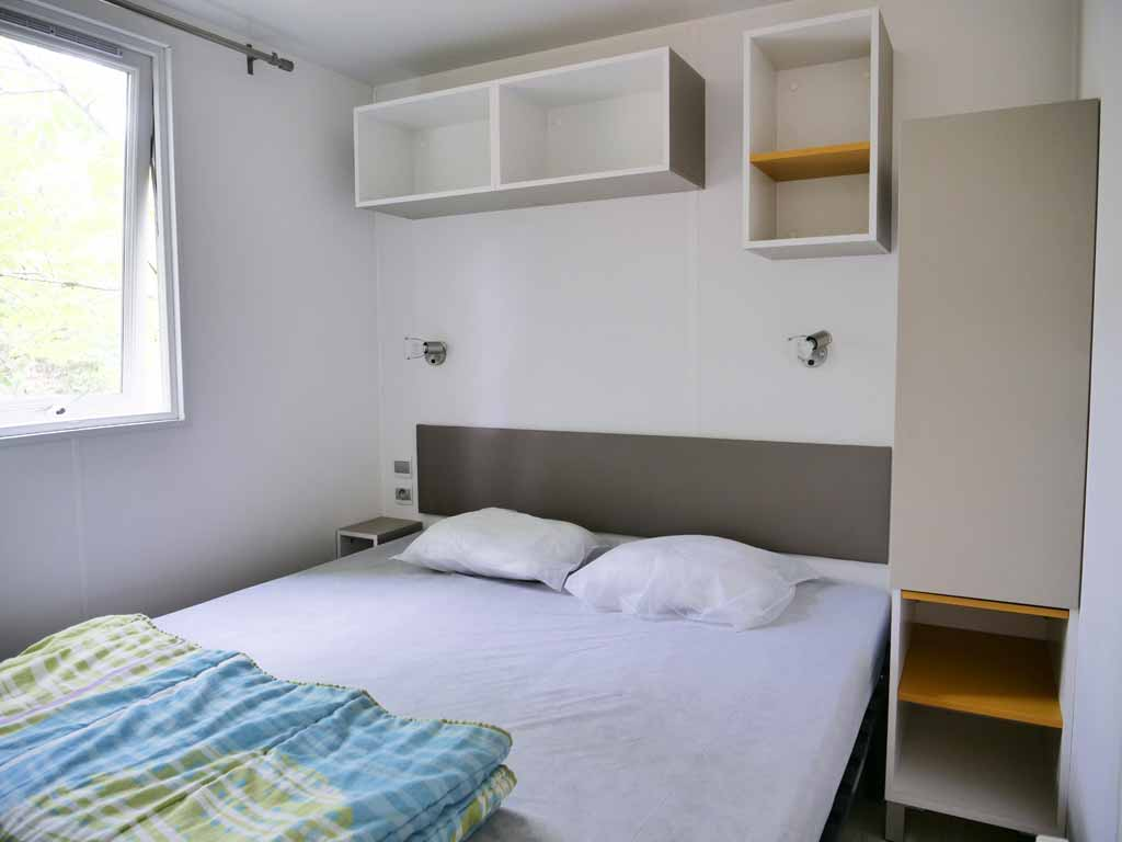 Chambre avec lits du Mobile Home 3 chambres au camping dans le Lot