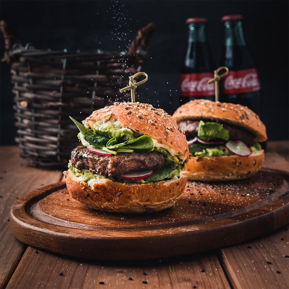 Een foto van twee hamburgers