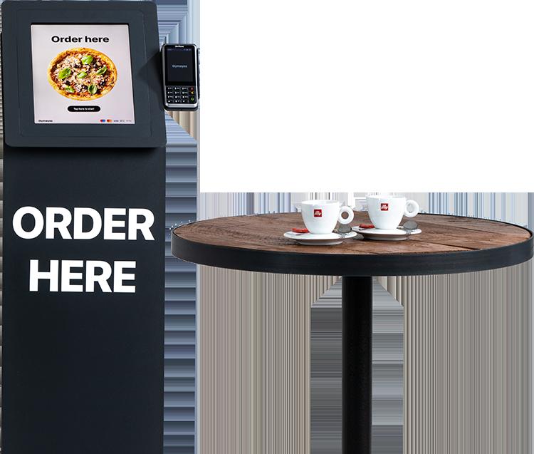 Een afbeelding van de bestelkiosk met 2 bestelde koffie op een bruine tafel.