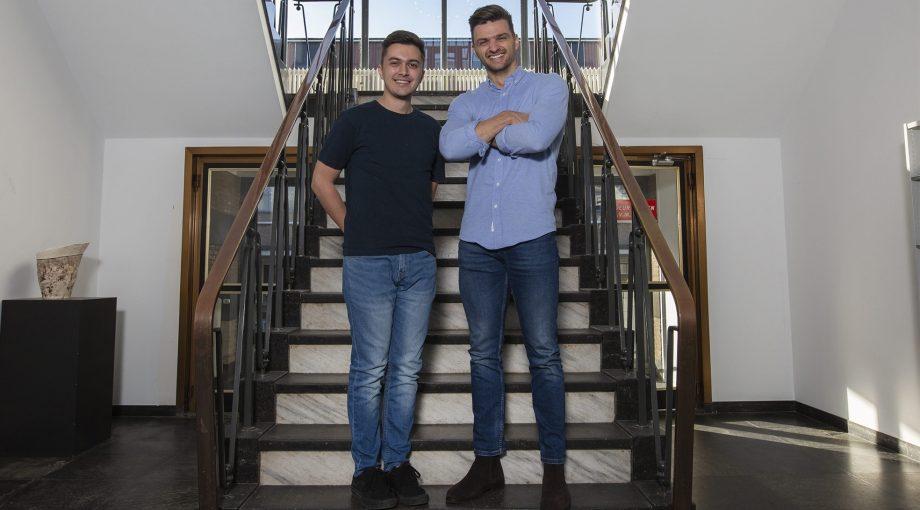 Een afbeelding van Melvin Beemer en Mitchell Warmerdam, na het ontvangen van de eerste investering van het Bossche Investerings Fonds