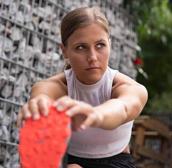 Als Fitnessmodel für die Agentur FREISTIL tätig, ist die junge Sportlerin vielfältig im Einsatz. Um ein Portfolio ihrer Leistungen herstellen zu können, werden die von ihr beherrschten Sportarten foto- sowie videografisch in Szene gesetzt. Wir erstellen die Konzeption einer Setcard mit fotografischen Stilmitteln und bauen eine Brand Identity.