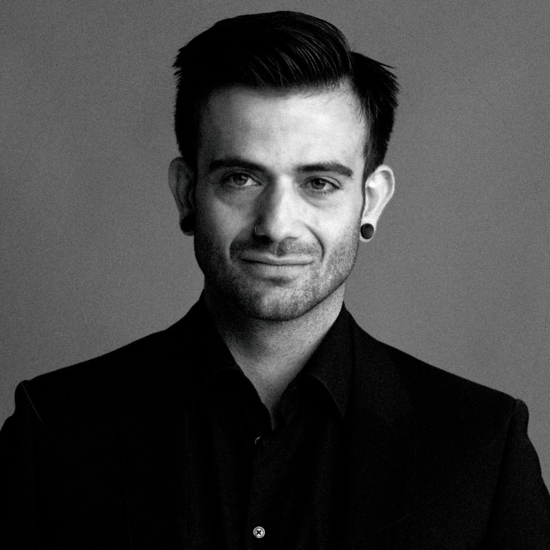 Soner ist Friseur aus Leidenschaft. Er hat in seiner beruflichen Laufbahn schon International als Trainer für Firmen, wie z.B. Joyco oder L'ORÉAL, gearbeitet. Und jetzt ist er bei uns um die Auszubildenden zu trainieren.