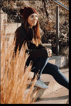 Melanie Lindemann sitz auf eine Treppe