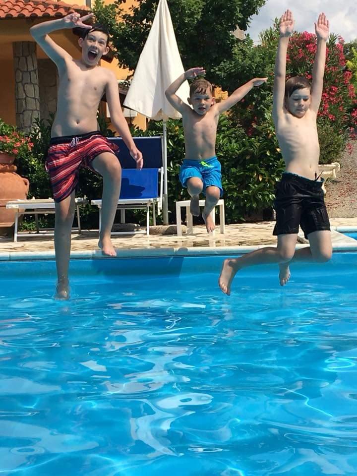 ragazzi in piscina  a Palinuro
