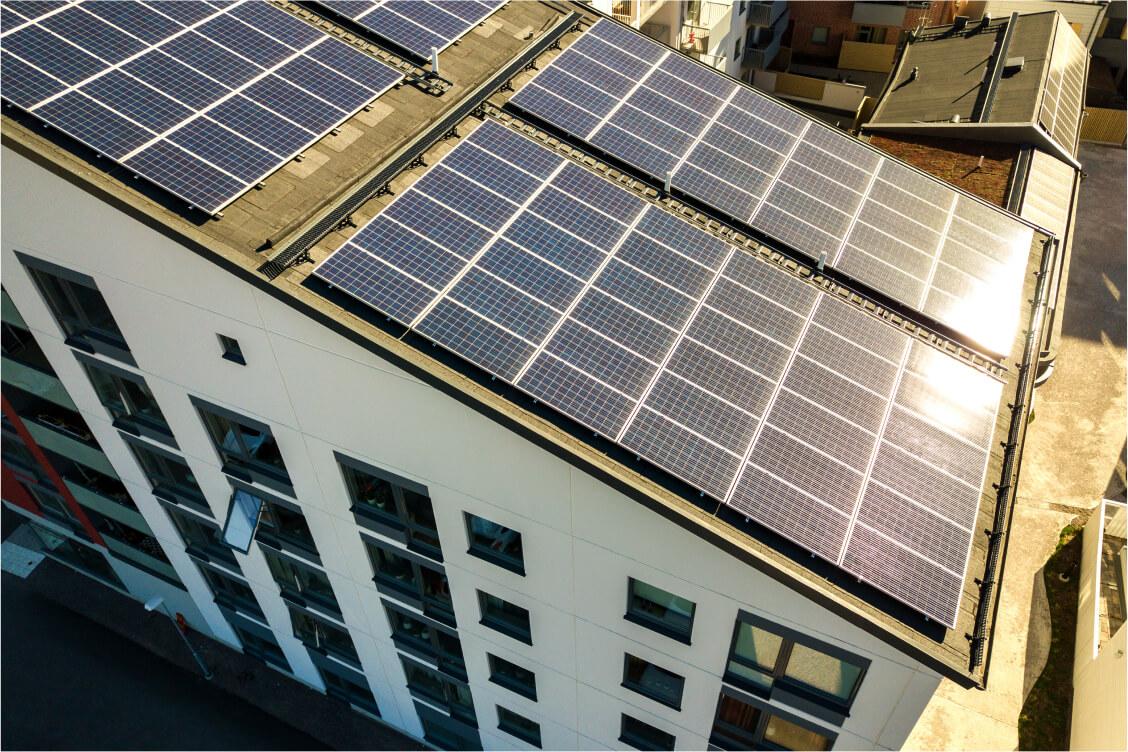 Instalacja fotowoltaiczną na dachu budynku - Ineron