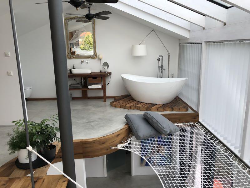 Bad oben mit freistehender Badewanne