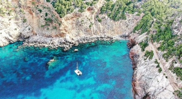 Na âncora ao largo da costa de Tramuntana de Mallorca
