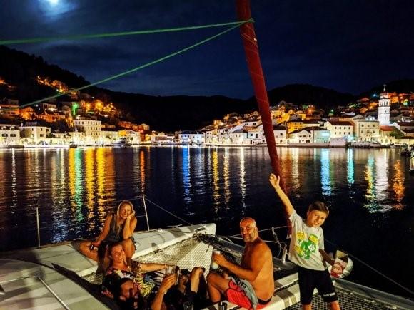 Quase nunca estamos sozinhos a bordo do SY Staatenlos - aqui em Brac, Croácia.