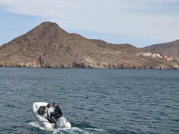 Josh pilota o barco na Playa de los Genoveses em Almería, Espanha.