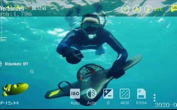"""Josh usando o """"Manta"""" gravado por nosso drone subaquático FyFish"""