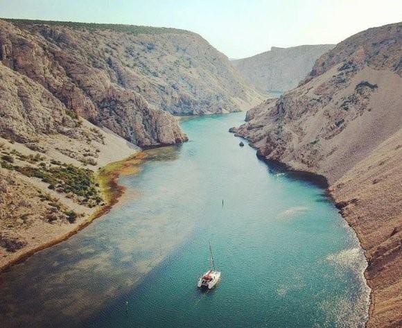 Outra imagem do drone - aqui no cânion do rio Zrmanja, perto de Zadar, Croácia.