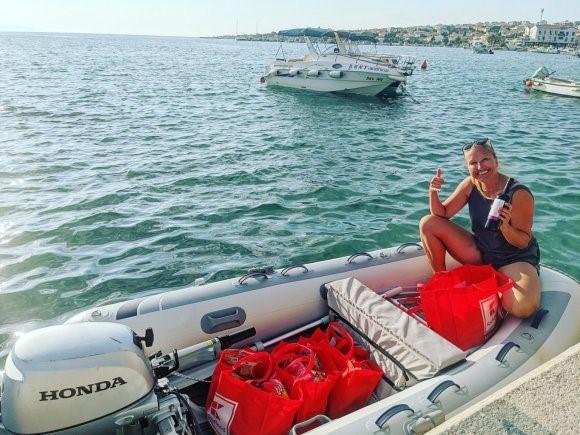 Nosso barco após uma viagem de compras em Novalja, Croácia