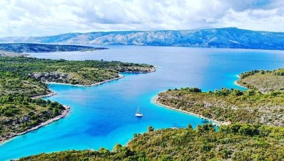 Lançando a âncora em baías isoladas - como aqui em Brac, Croácia