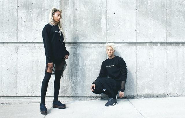två personer svart tröja